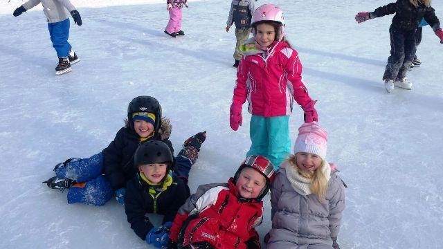 Unser Tafleklassler beim Eislaufen in Hetzendorf