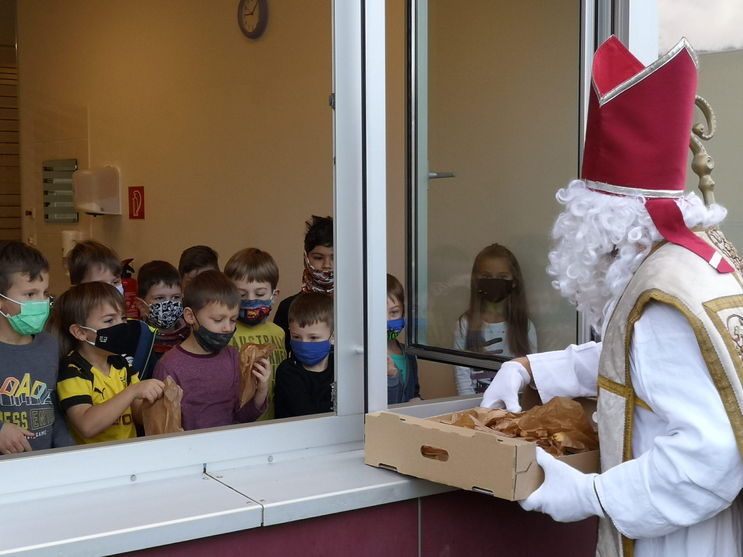 Nikolaus kam trotz Corona zu den Kindern